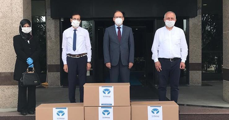 Kocaeli Üniversitesi'ne 7.000 maske teslim ettiler