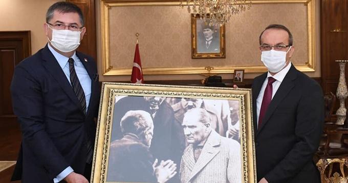 CHP'den Vali Yavuz'a anlamlı hediye
