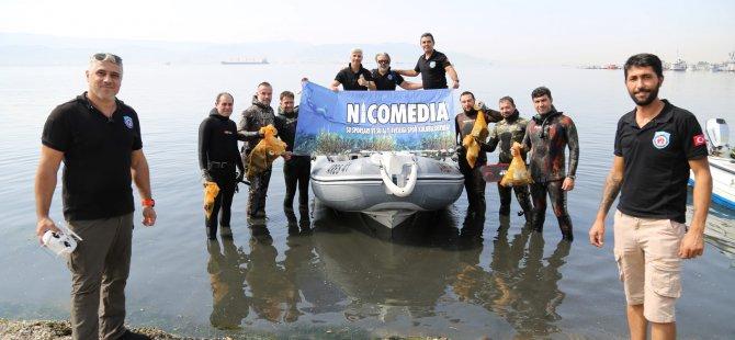 Gönüllüler kıyıdan, dalgıçlar sudan atık topladı