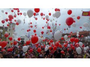 Yüzlerce Balonu Şehitler İçin Gökyüzüne Bıraktılar