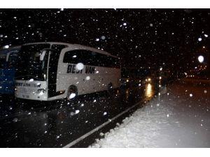 Kar Yağışı Yolu Ulaşıma Kapadı