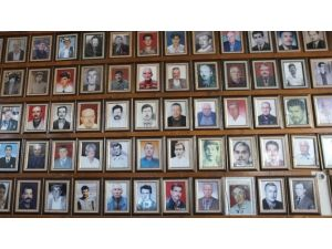 Duvarlar Ölen İnsanların Fotoğraflarıyla Dolu