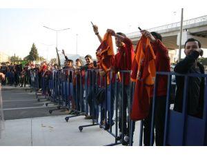 Galatasaraylı Yıldıza İzmir'de Şok Tepki !