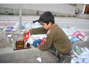 Suriyeli Çocuğun Türk Bayrağı Aşkı