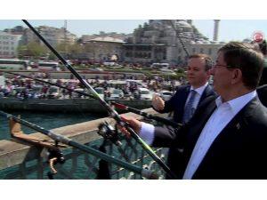 Başbakan Halkın Arasında: Balık Tuttu, Kestane Dağıttı