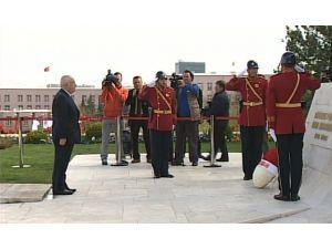 Çiçek Tbmm Atatürk Anıtına Çelenk Bıraktı