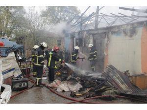 Elektrik Kontağından Çıkan Yangın 3 Aileyi Evsiz Bıraktı