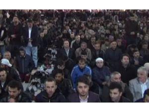 İstanbul'da Vatandaşlar Camilere Akın Etti