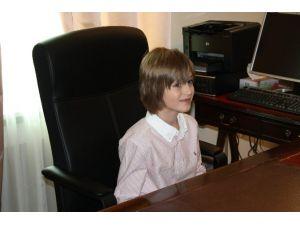 O Koltuğa 7 Yaşındaki İsveçli Liam Oturdu