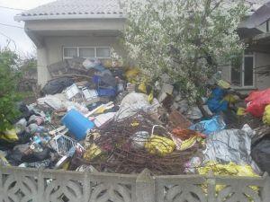 Evde Çöpten Yer Kalmayınca Dışarıda Yaşamaya Başladı