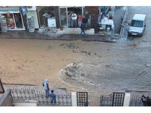 Boru Patladı, Cadde Sular Altında Kaldı