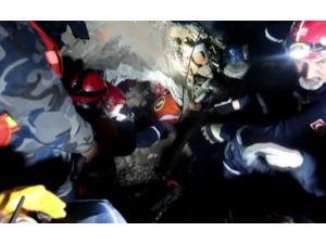 Türk Ekibin Depremzedeyi Kurtarma Çalışması Kamerada