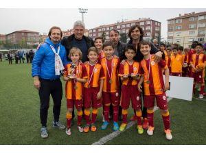 Efsane Futbolcular Minik Meslektaşlarına Destek Verdi