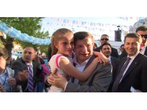 Başbakan'a Sarılarak Dakikalarca Ağladı
