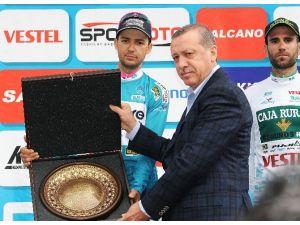 Şampiyon Ödülünü Erdoğan'dan Aldı