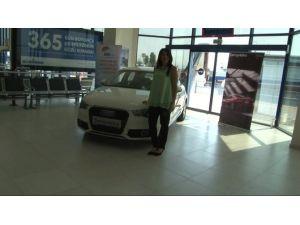Evlilik Hazırlığı Yapan Genç Kıza Lüks Otomobil