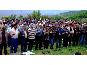 Yüzlerce Çiftçi Yağmur Duasına Çıktı