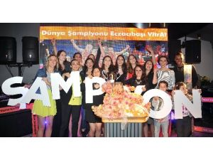 Eczacıbaşı Vitra Şampiyonluğu Kutladı