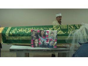 'Kırmızı Rujlu Kız' İçin Cenaze Töreni Düzenlendi
