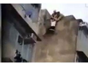 İntihar Etmek İsteyen Kadını Havada Yakaladı