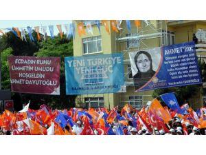Başbakan Davutoğlu'na Pankartlarla Karşılama