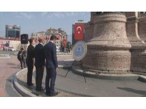 Taksim'deki Cumhuriyet Anıtı'na Çelenk Bırakıldı