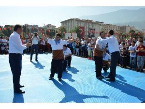 Ak Partili Ve Chp'li Vekil Karşılıklı Kolbastı Oynadı