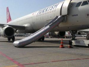 Kalkışa Hazırlanan Uçağın Tahliye Botu Açıldı
