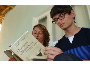 6 Yıldır Yazdığı Sözleri Ailesinden Habersiz Kitap Haline Getirdi