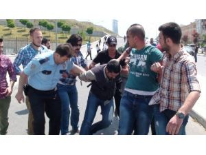 Göstericiler Komiseri Yaraladı