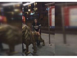 Florya'daki Aslan Heykelini Metrobüsle Götürdüler