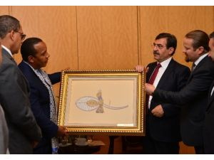Bakanın Esprisi Ortamı Kahkahaya Boğdu