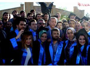 Erdoğan, Öğrencilerle Mezuniyet Pozu Verdi