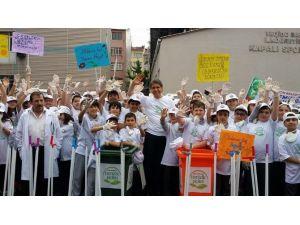 Belediye Başkanı Çocuklarla Birlikte Sokakları Temizledi