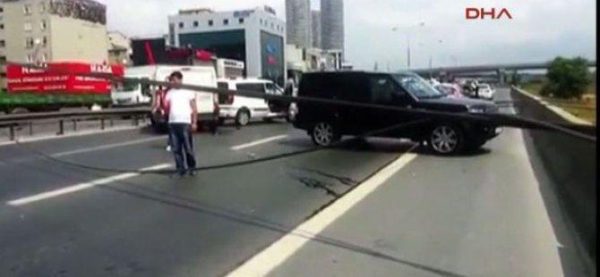 İstanbul'da yol kapatan inanılmaz kaza!