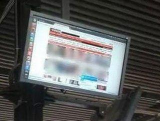Otobüs Durağında Porno Yayınladılar
