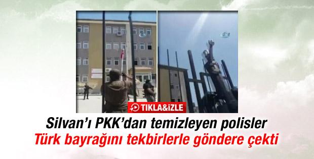 Polisler indirilen Türk bayrağını tekbirlerle göndere çekti İZLE