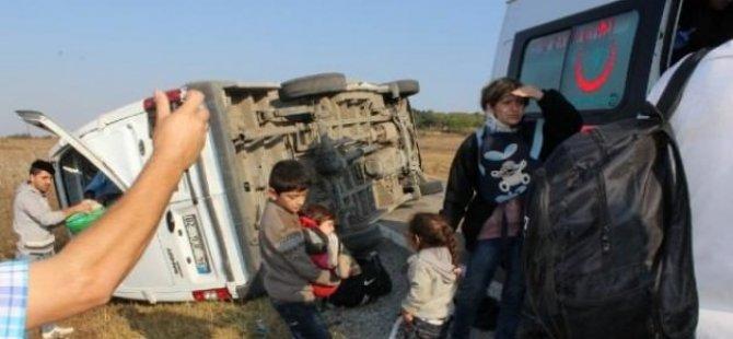 Mültecileri taşıyan midibüs takla attı: 17 yaralı