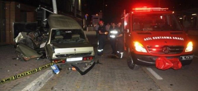 Otomobil aydınlatma direğine çarptı! 1 ölü