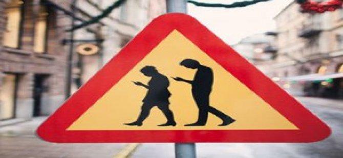 Telefon Bağımlısı Trafik Levhası