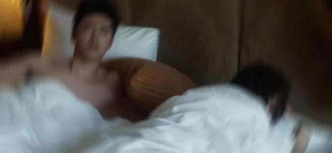 Kocası salonda uyurken gece sevgilisini yatak odasına aldı!