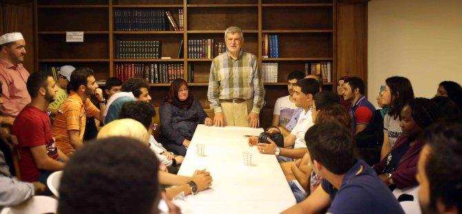 Hafızlarla ve yabancı öğrencilerle iftar yaptı