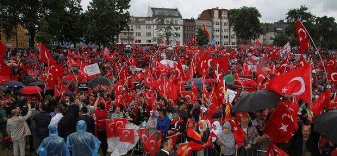 Almanya'da Türkler meydanlara indi!