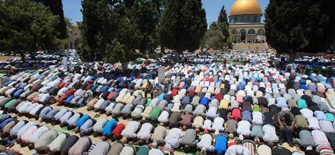 Aksa'da 35 bin Müslüman Cuma namazı kıldı