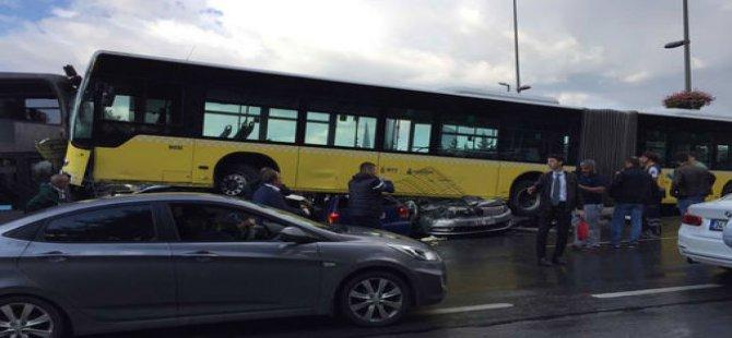 Acıbadem'de metrobüs yoldan çıktı