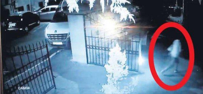 Darbe gecesi sala verilen caminin kapısında bayrak yaktı