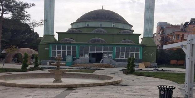 Kıblesinde 45 derece sapma olan cami yıkıldı