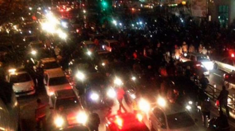 İran karıştı! Binlerce insan sokaklara döküldü