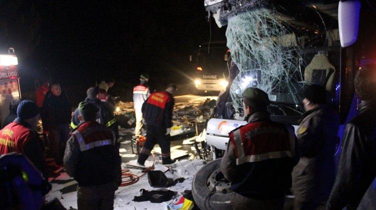Yolcu otobüsüyle tır çarpıştı: 1 ölü 8 yaralı