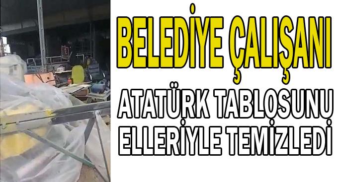 Belediye çalışanı Atatürk tablosunu elleriyle temizledi